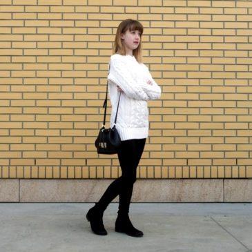 Biały sweter z warkoczowym splotem w codziennej stylizacji