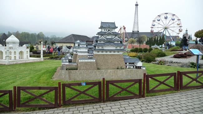 (z lewej) Tadż Mahal w Agrze, (na środku) Zamek Himeji w Japonii