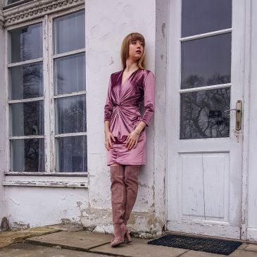 Niezwykła welurowa sukienka z ozdobnym węzłem