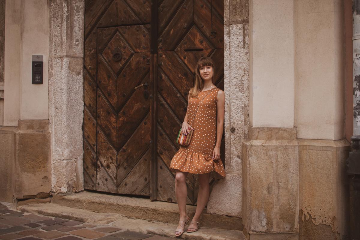 beżowa sukienka z falbaną